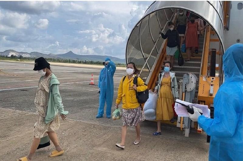 Đón 148 bà bầu, trẻ em từ TP.HCM về quê tránh dịch bằng máy bay - ảnh 2