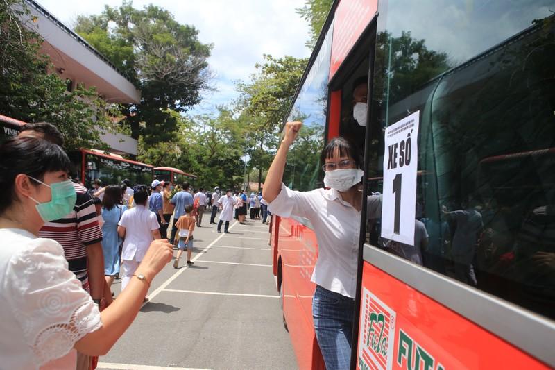 115 nhân viên y tế Bệnh viện Trung ương Huế vào TP.HCM chống dịch - ảnh 1