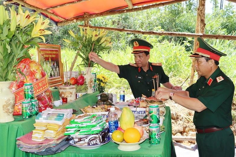 Dâng hương tưởng niệm 13 liệt sĩ Rào Trăng 3 trong ngày giỗ đầu - ảnh 1