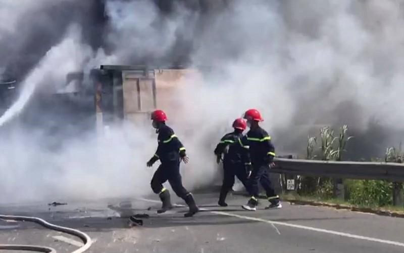 Xe tải tự gây tai nạn, bốc cháy dữ dội trên đường - ảnh 1