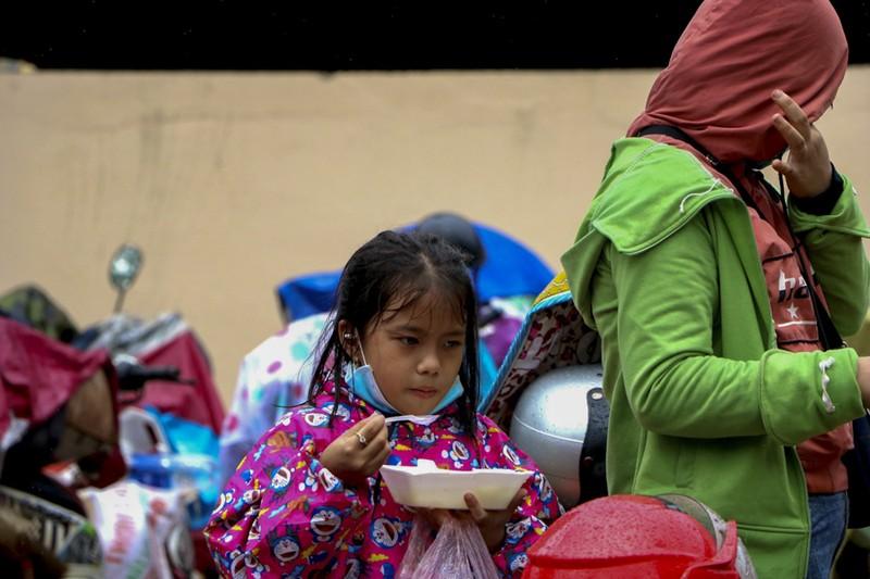 Bữa ăn vội bên chốt kiểm soát tại Thừa Thiên- Huế trên đường về quê - ảnh 9