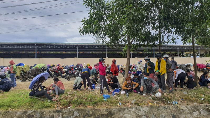 Bữa ăn vội bên chốt kiểm soát tại Thừa Thiên- Huế trên đường về quê - ảnh 2