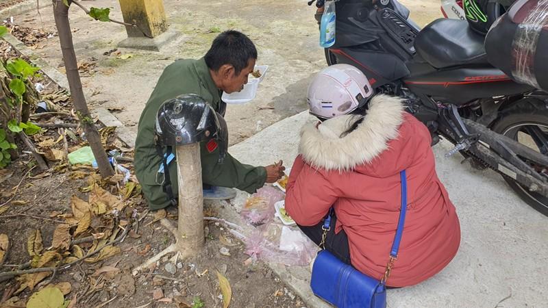 Bữa ăn vội bên chốt kiểm soát tại Thừa Thiên- Huế trên đường về quê - ảnh 11