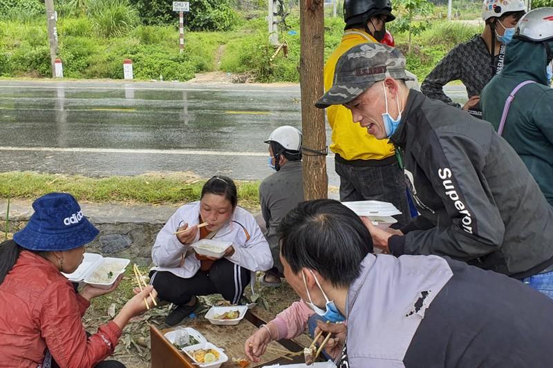 Bữa ăn vội bên chốt kiểm soát tại Thừa Thiên- Huế trên đường về quê - ảnh 4