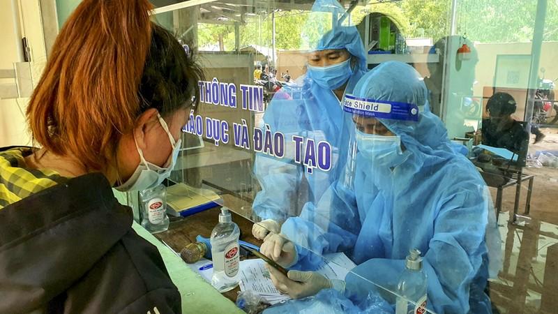 Bữa ăn vội bên chốt kiểm soát tại Thừa Thiên- Huế trên đường về quê - ảnh 7