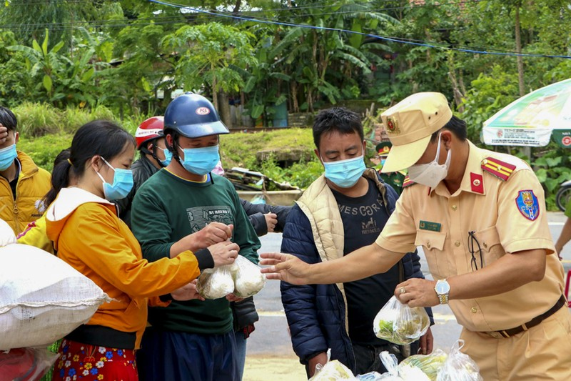 Bữa ăn vội bên chốt kiểm soát tại Thừa Thiên- Huế trên đường về quê - ảnh 3