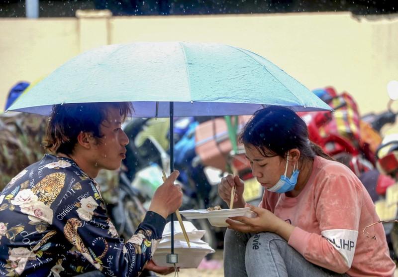 Bữa ăn vội bên chốt kiểm soát tại Thừa Thiên- Huế trên đường về quê - ảnh 5