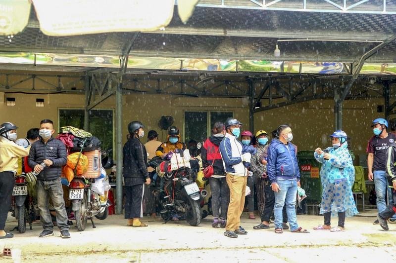 Bữa ăn vội bên chốt kiểm soát tại Thừa Thiên- Huế trên đường về quê - ảnh 10
