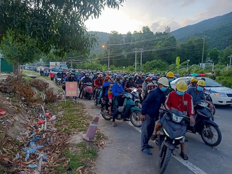 Bữa ăn vội bên chốt kiểm soát tại Thừa Thiên- Huế trên đường về quê - ảnh 13