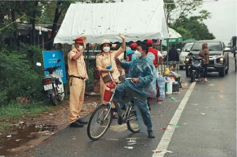 Người đàn ông về quê bằng xe đạp được tặng xe máy - ảnh 1