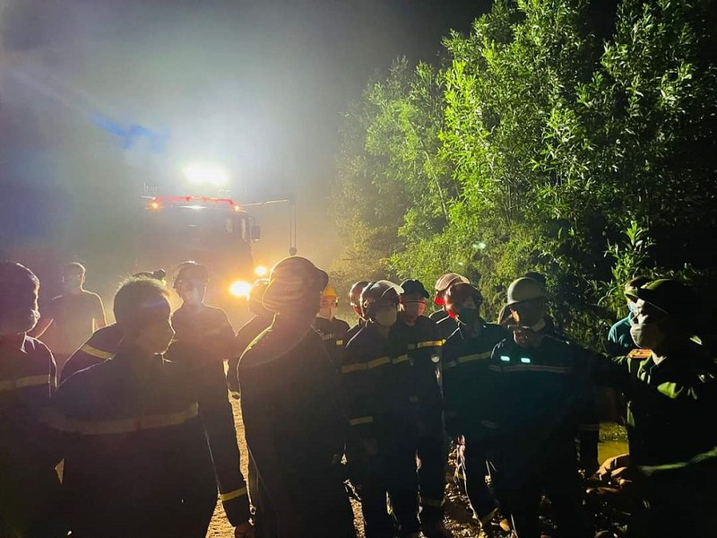 Nghẹt thở giải cứu 3 người bị cô lập trong ô tô 15 giờ do lũ - ảnh 1