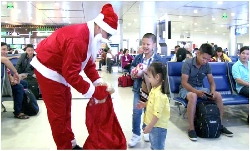 Bay Vietjet, nhận quà Giáng sinh bất ngờ - ảnh 1