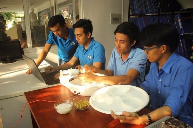Các bạn sinh viên tiếp tục hoàn thiện thiết bị tự cho ăn của mình