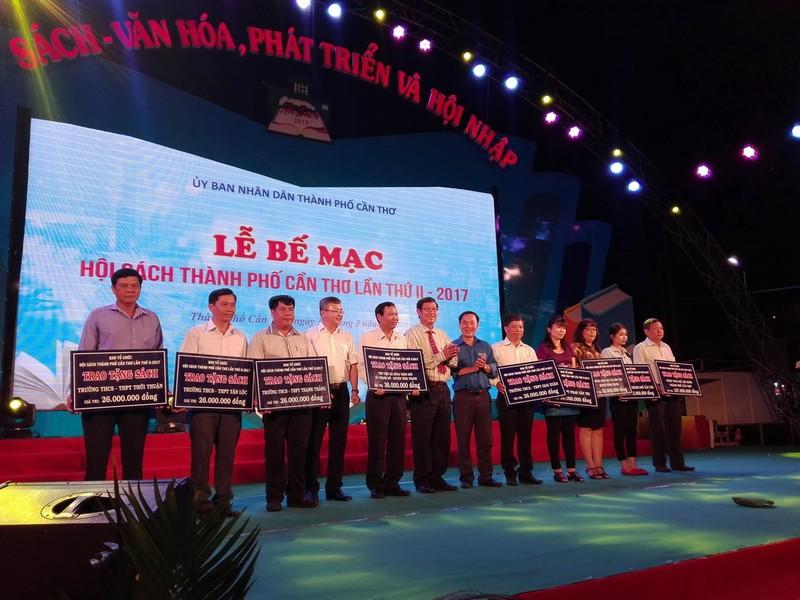Ông Lê văn Tâm trao tặng giấy khen cho các đơn vị đóng góp cho thành công của Hội sách.
