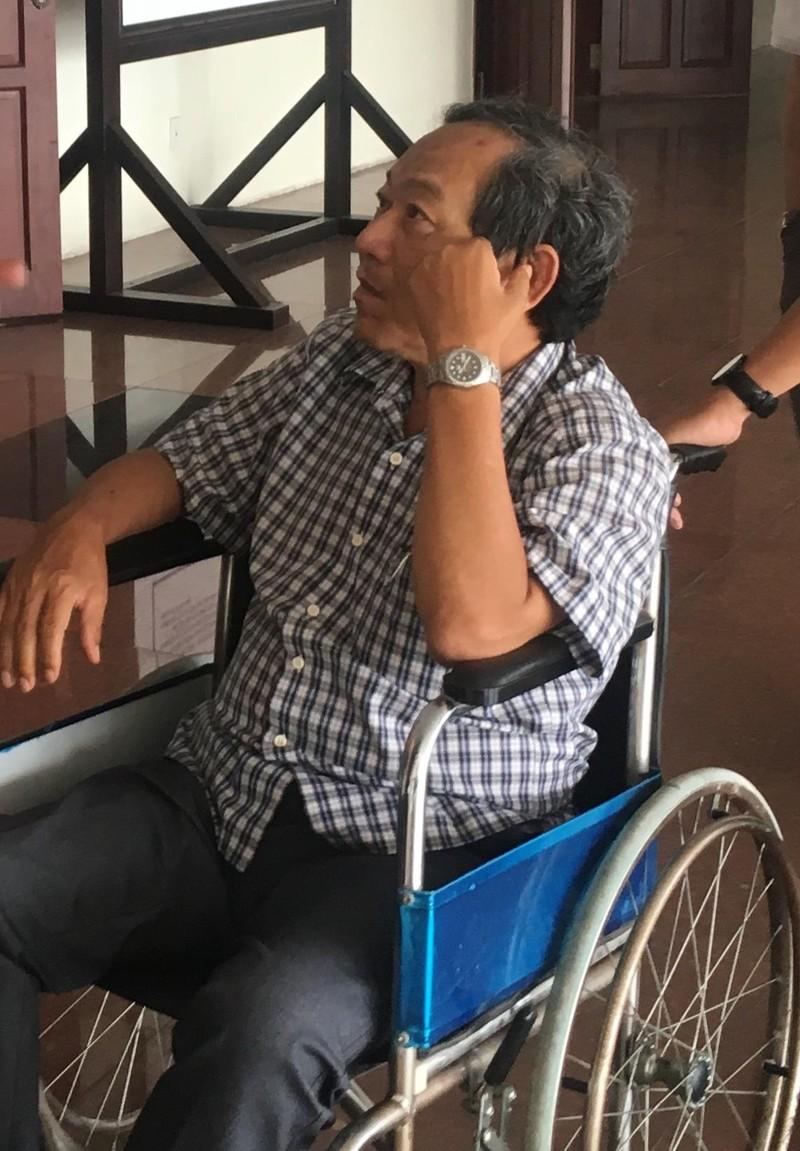 Cựu giám đốc bệnh viện hầu toà trên xe lăn - ảnh 1