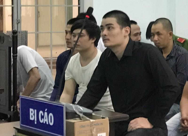 Đập phá xe buýt, thanh niên trả giá 12 tháng tù - ảnh 1