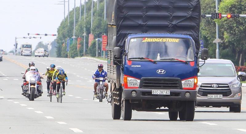 """Không thể """"khóa đường"""", VĐV xe đạp đua cùng... xe hơi - ảnh 4"""