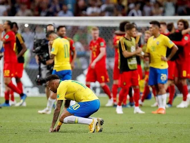 Tuyển Brazil trở về trong cơn 'mưa đá' từ người hâm mộ - ảnh 1