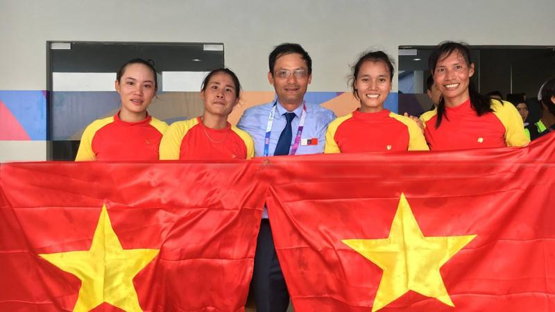 """Bốn cô gái """"vàng"""" Rowing rơi lệ khi hát quốc ca Việt Nam - ảnh 3"""