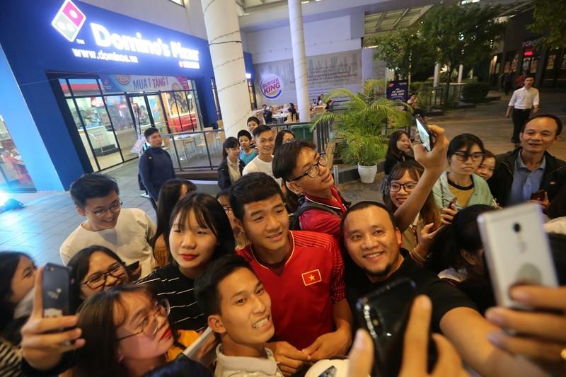 Thủ môn Bùi Tiến Dũng và cúp vàng AFF bị 'vây' tại Hà Nội - ảnh 2