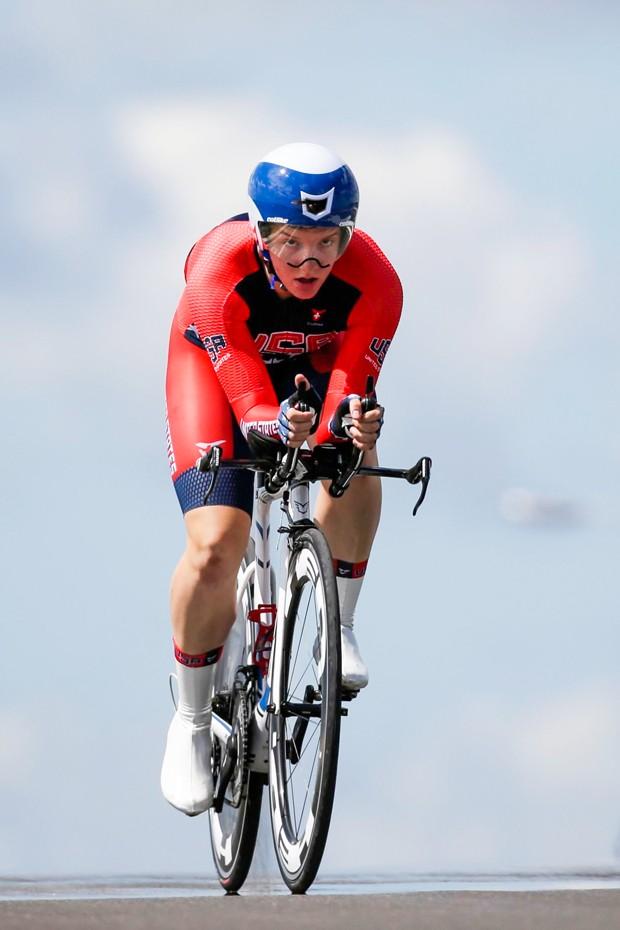 CĐV hành hung cầu thủ, Cựu vô địch xe đạp nữ TG tự sát - ảnh 3