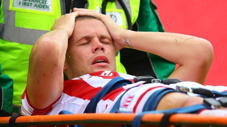Hậu vệ Stoke City gãy gập chân sau một pha phá bóng - ảnh 1