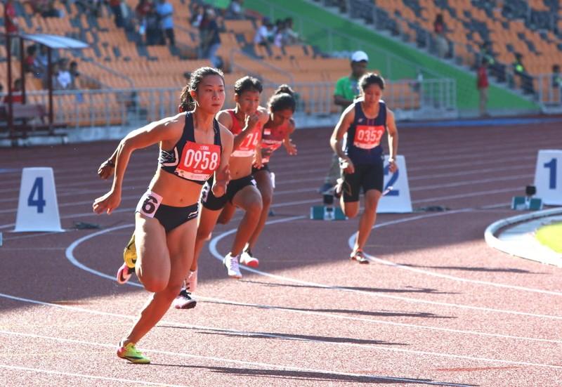 Knott phá kỷ lục 200 m, 'ngôi hậu' của Lê Tú Chinh lung lay - ảnh 1