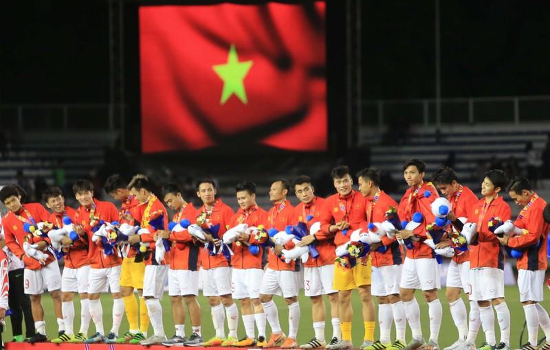 Quang Hải nói gì về HLV Park; nữ cầu thủ bế con chạy rước đuốc - ảnh 1