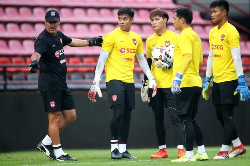 Văn Lâm sắp rời Thai-League; UEFA phán quyết về EURO - ảnh 2