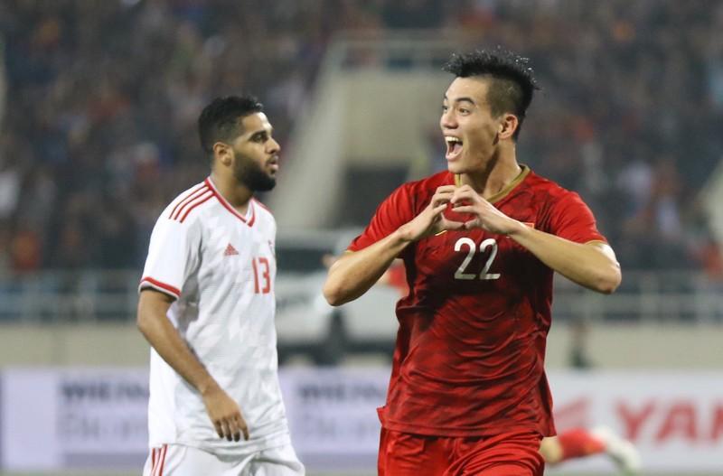 UAE mời HLV vô địch World Cup; Tiến Linh chia tay bạn gái - ảnh 1