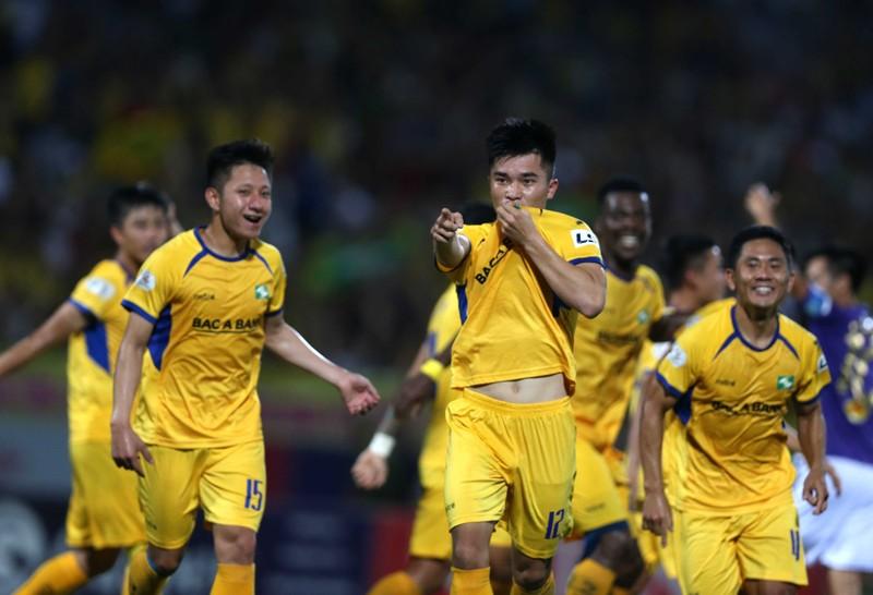 SL Nghệ An áp sát kỷ lục V-League; Hạt giống số 1 bị hạ - ảnh 1