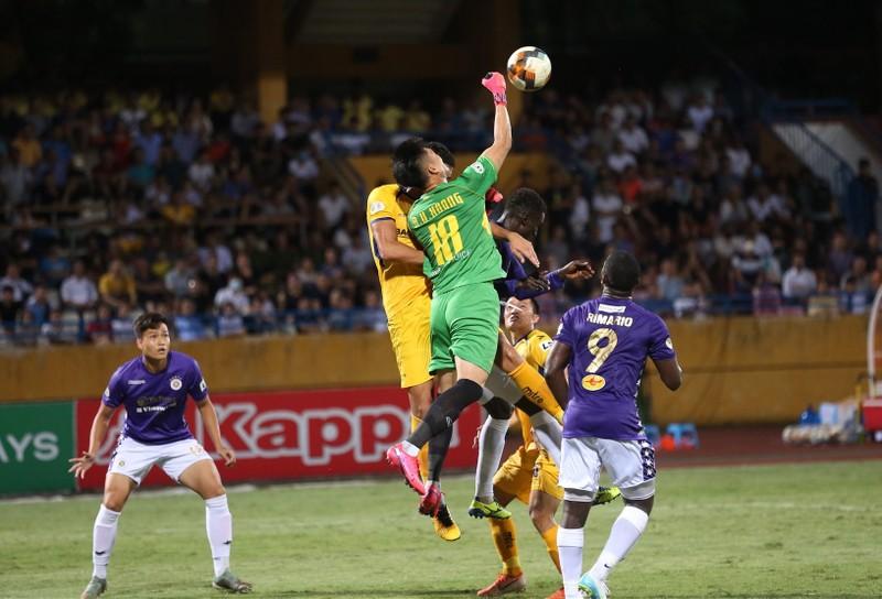 SL Nghệ An áp sát kỷ lục V-League; Hạt giống số 1 bị hạ - ảnh 2