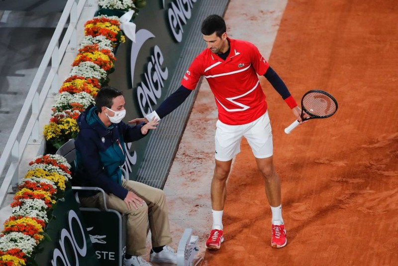 Djokovic hổ thẹn vì tiếp tục đánh bóng trúng trọng tài - ảnh 1