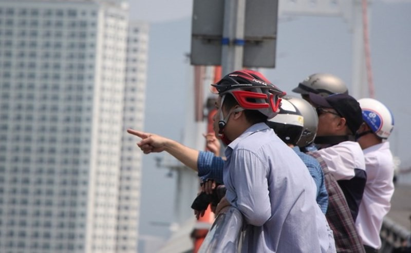 Người Đà Nẵng lên cầu Thuận Phước ngắm tàu sân bay Mỹ - ảnh 3