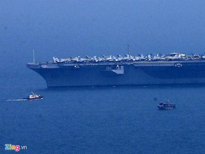 Chùm ảnh: Tàu sân bay USS Carl Vinson trên biển Đà Nẵng - ảnh 4