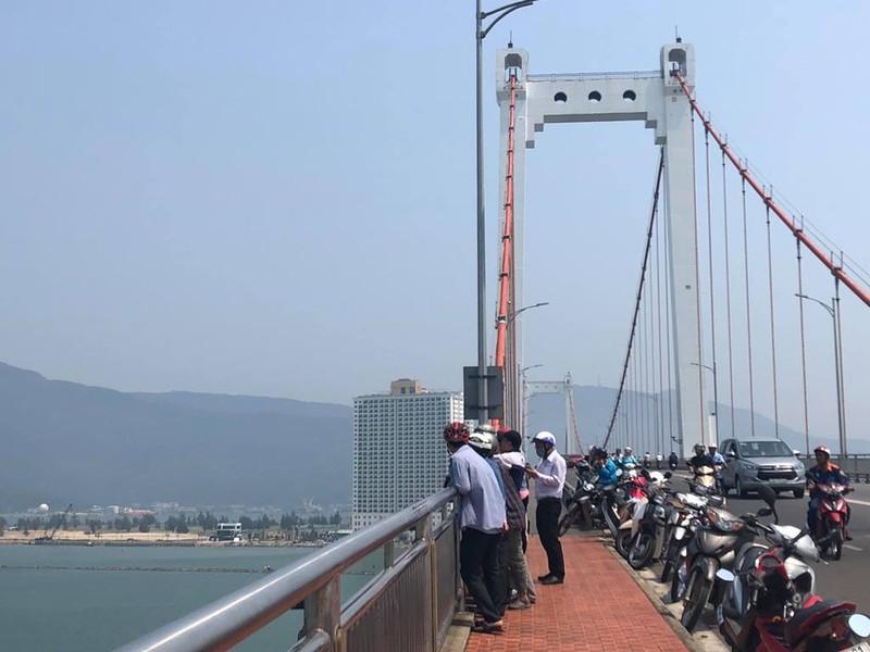 Người Đà Nẵng lên cầu Thuận Phước ngắm tàu sân bay Mỹ - ảnh 2