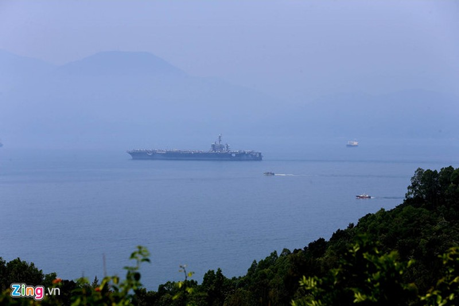 Chùm ảnh: Tàu sân bay USS Carl Vinson trên biển Đà Nẵng - ảnh 2