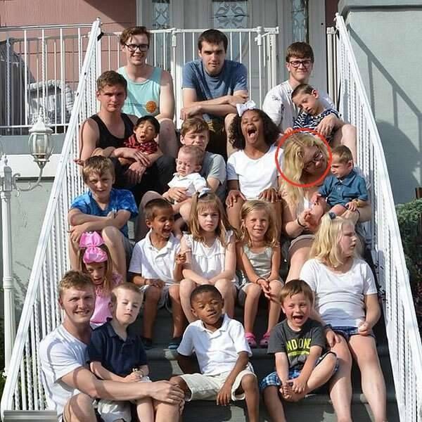 Mẹ lây COVID-19 cho 17 người con - ảnh 1