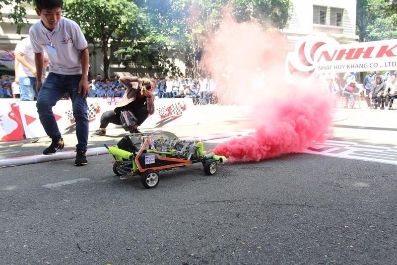 Đến khói xe cũng được sinh viên sáng tạo ra những màu sắc nổi bật