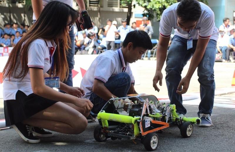 Các đội điều chỉnh kỹ thuật cho xe đua của mình