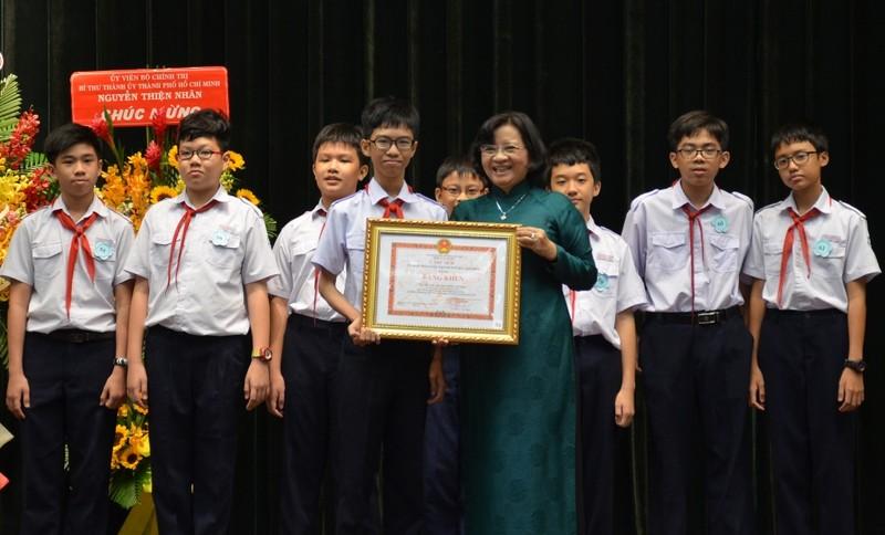 TP.HCM khen thưởng 9 HS đạt giải toán học thế giới - ảnh 1
