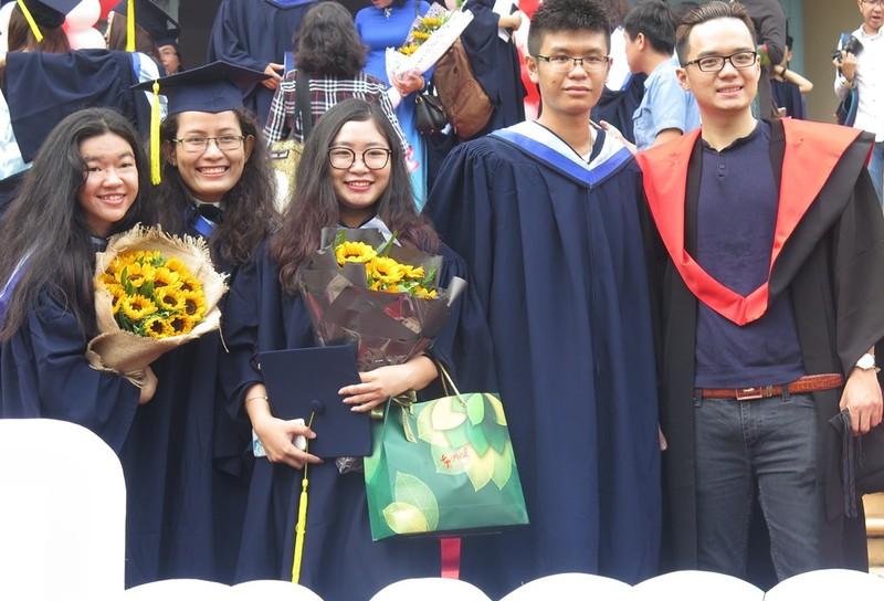 Niềm vui của các tân cử nhân, kỹ sư tại lễ tốt nghiệp