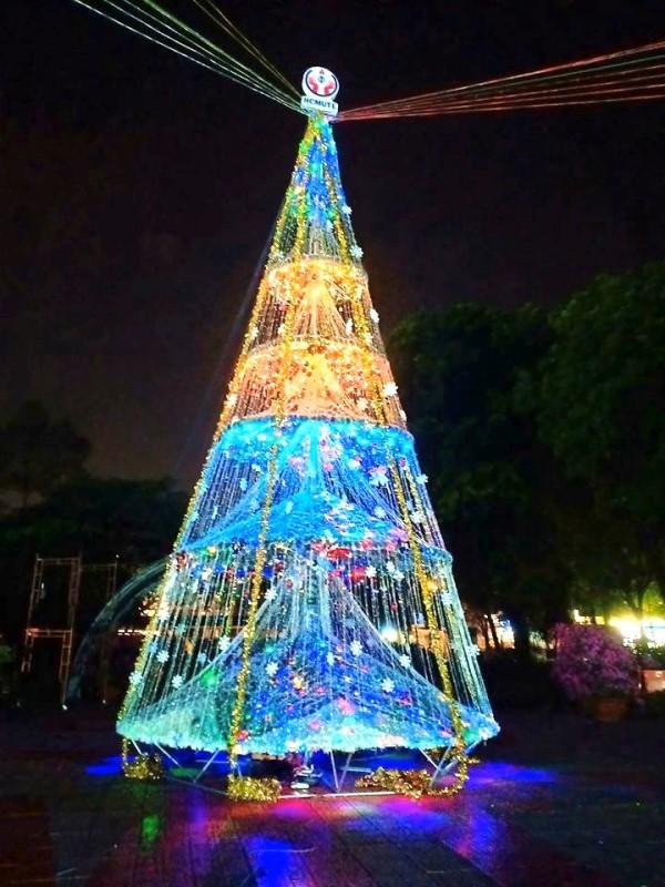 Ngắm cây Giáng sinh 11 m thông minh do sinh viên thiết kế - ảnh 5