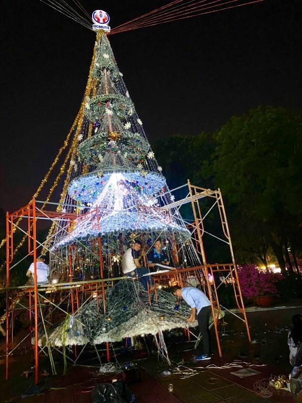 Ngắm cây Giáng sinh 11 m thông minh do sinh viên thiết kế - ảnh 2