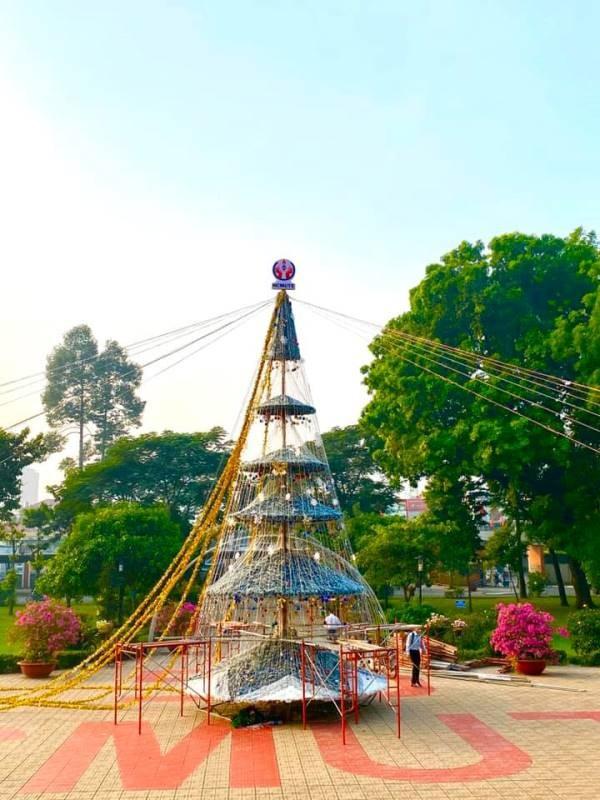 Ngắm cây Giáng sinh 11 m thông minh do sinh viên thiết kế - ảnh 4
