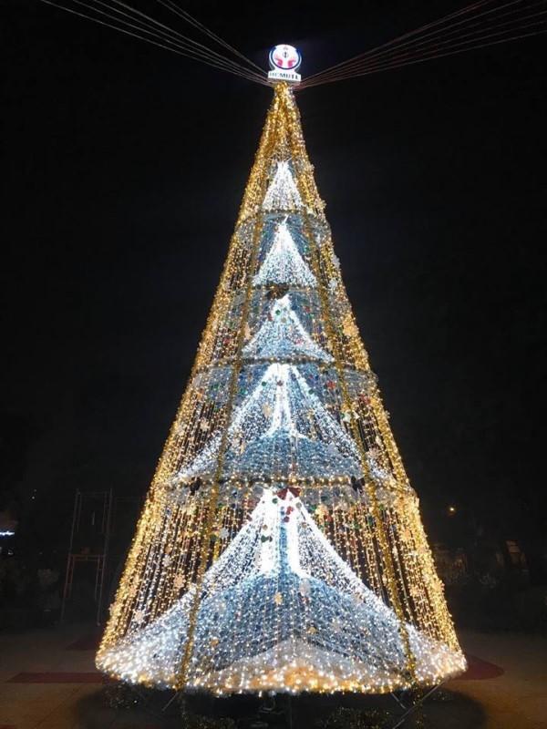 Ngắm cây Giáng sinh 11 m thông minh do sinh viên thiết kế - ảnh 7