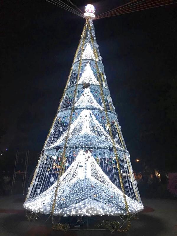 Ngắm cây Giáng sinh 11 m thông minh do sinh viên thiết kế - ảnh 9