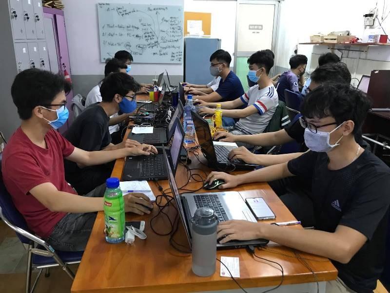 Dạy và học trực tuyến: Trường đầu tư mạnh tay, trường gặp khó! - ảnh 1