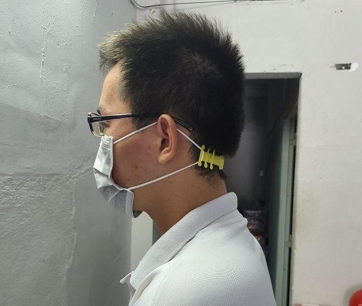 Sinh viên chế tạo hàng ngàn dây đeo khẩu trang tặng y bác sĩ  - ảnh 5