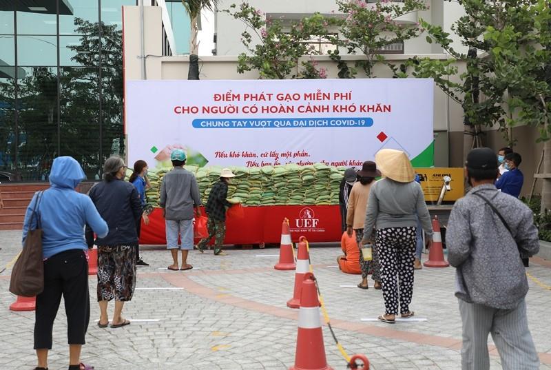 Trường đại học mở 'ATM gạo' giúp người nghèo trong dịch COVID - ảnh 4